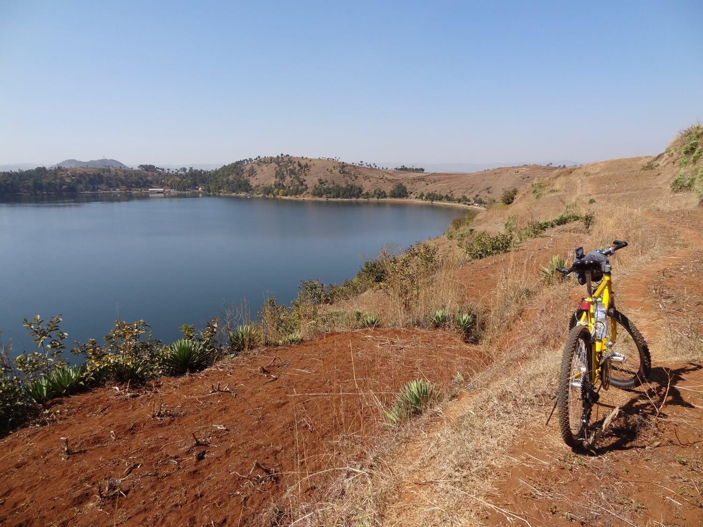Madagascar fietstocht langs het meer van Andraikiba