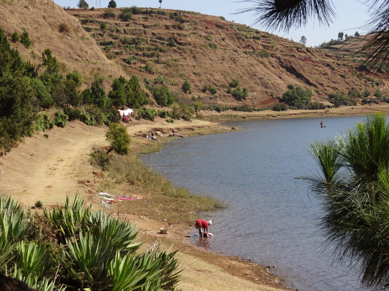 Madagascar Lac Andraikiba vrouw doet de was