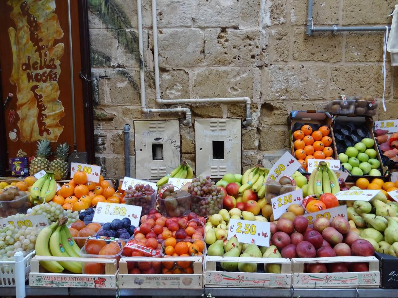 Italië Puglia Bari groentenkraam