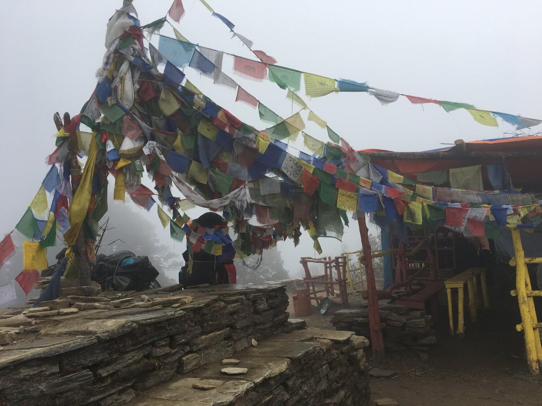 Poonhill gebedsvlaggetjes in de mist